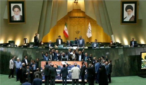 Iranian MPs Set Fire to N. Deal after US Withdrawal – VIDEO