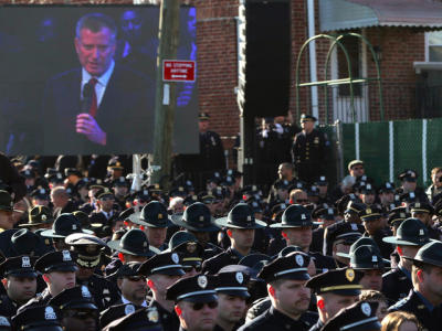 Thousands of NYPD Officers Turn Their Backs as de Blasio Speaks at Funeral