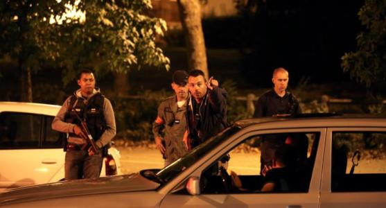 War in Paris: Radical Muslim Woman Stabs French Police Officer