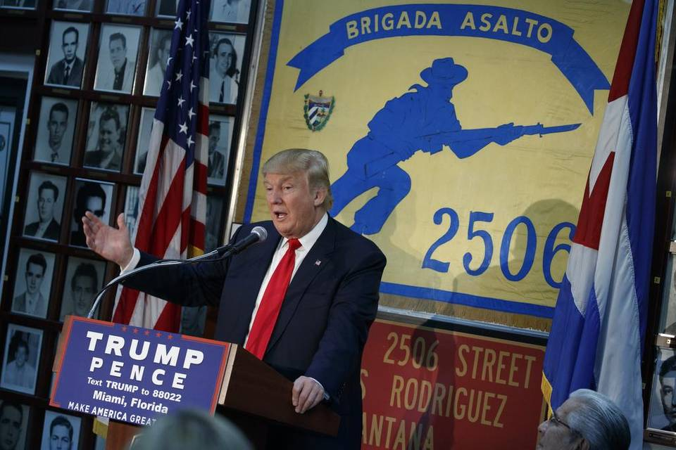 El candidato presidencial republicano Donald Trump da un discurso en la sede de la Brigada 2506, en el barrio de la Pequeña Habana, en Miami, Florida.