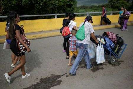 Venezuelan women flock to Colombia border town to sell hair
