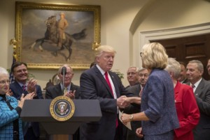Donald Trump Signed Executive Order To Pull Feds Out Of K-12 Education – Promise To Return School Control To State And Local Officials