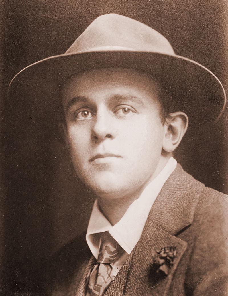 https://upload.wikimedia.org/wikipedia/commons/thumb/5/50/John_Reed_journalist.jpg/800px-John_Reed_journalist.jpg