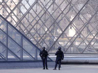 Soldiers Open Fire on 'Allahu Akbar' Machette Attacker at Louvre, Paris