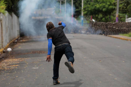 Nicaraguan forces lay siege to symbolic city
